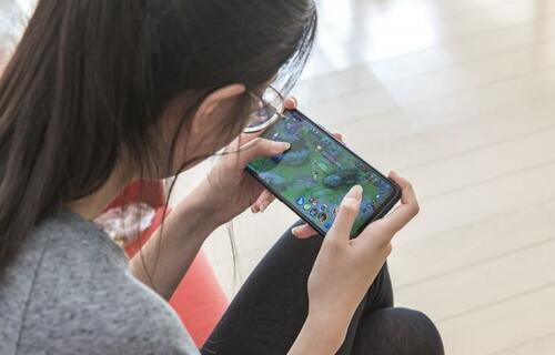 Criança usando aparelho eletrônico. Foto: Unicef