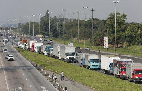 Fila de caminhões parados em rodovia. Foto: Tânia Rêgo/Agência Brasil