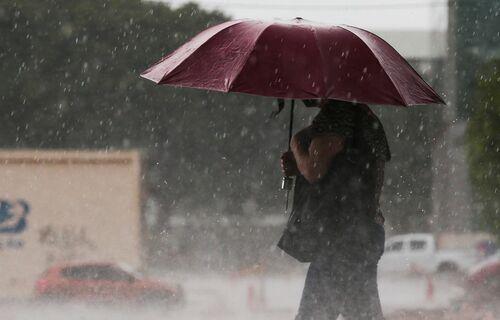 Pessoa com guarda-chuva. Foto: Marcello Casal Jr/ Agência Brasil.