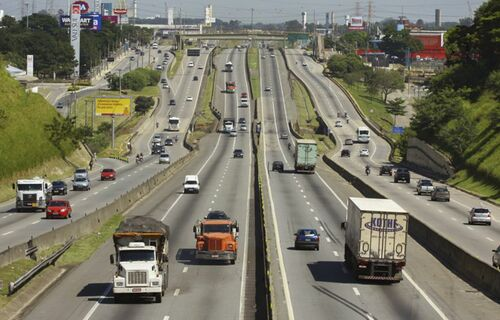Veículos em circulação na Rodovia Presidente Dutra. Foto: Charles de Moura/PMSJC