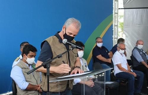 Ministro Bento Albuquerque na assinatura do contrato em João Pessoa (PB). Foto: Serviço Geológico do Brasil