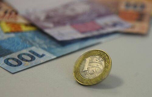 Descrição: Notas e moeda sobre a mesa. Foto: Marcello Casal Jr. / Agência Brasila