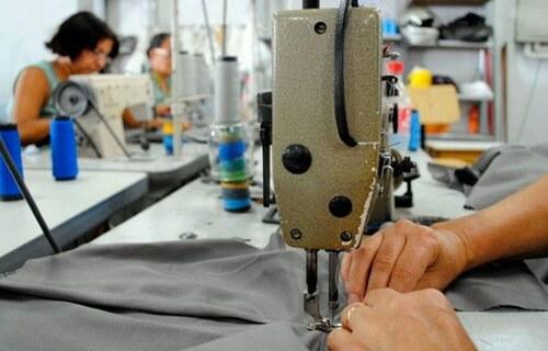 Máquina de costura em fábrica. Foto: Agência Brasil