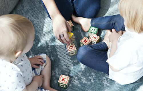 Crianças brincando com blocos de letras. Foto: Marisa Howenstine/Unsplash