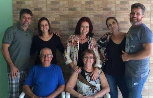 Maria Inês Nogueira (sentada, à direita) com marido e filhos/ foto: arquivo pessoal