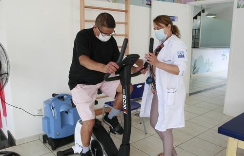 Atendimento a paciente no Centro Vida - Programa Municipal de Reabilitação em Saúde. Foto: Arquivo/Prefeitura de Uberlândia (MG)