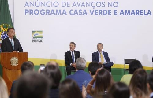 Presidente Jair Bolsonaro e ministro Rogério Marinho participaram do anúncio de avanços no Programa Casa Verde e Amarela. Medidas buscam facilitar o acesso das famílias, principalmente de baixa renda, ao financiamento habitacional. Foto: Adalberto Marques/MDR