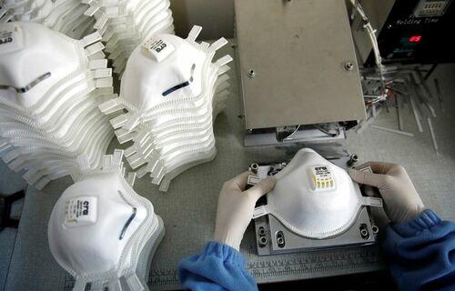 Mascara sendo fabricadas- foto: Reauters/Umit Bektas