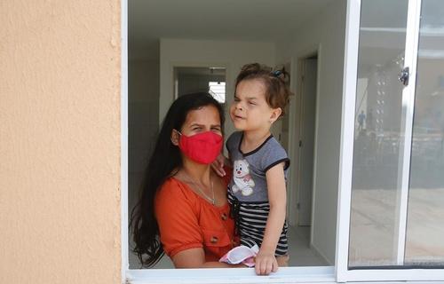"""Ariane Cláudia dos Santos, 26 anos, foi uma das beneficiadas com a nova moradia. """"Era o meu sonho ter uma casa com um quarto só para a minha filha, com o espaço que ela merece e precisa. É uma emoção muito grande e, agora, vamos ter uma vida muito melhor no nosso cantinho"""" (Fotos: Dênio Simões/MDR)"""
