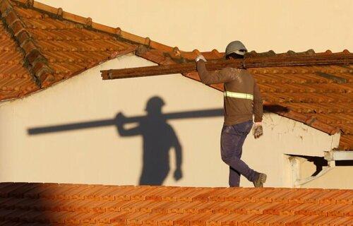 Trabalhadores da construção civil reformam telhado de imóvel em obras no Centro do Rio. Foto: Fernando Frazão/Agência Brasil