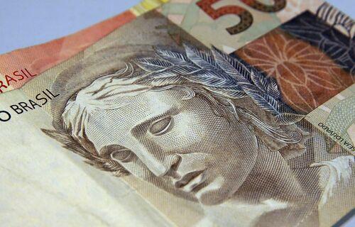 Cédula de cinquenta reais em primeiro plano, sobre uma cédula de vinte reais. Foto: Marcello Casal Jr./Agência Brasil