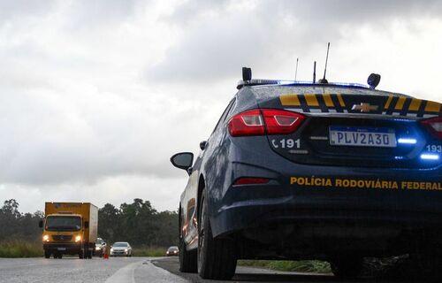 Carro da Polícia Rodoviária Federal parado em acostamento de rodovia: Foto: PRF/Bahia