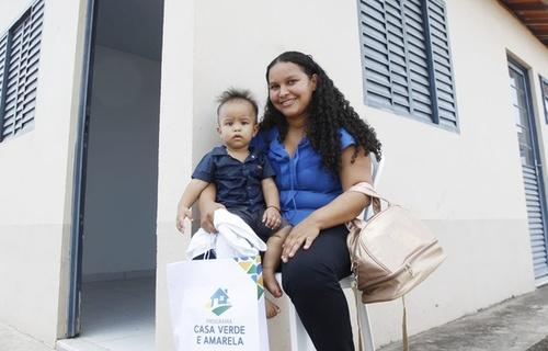"""Lavradora Antônia Márcia da Silva Araújo, de 28 anos, foi beneficiada com a nova moradia. Ela se emocionou ao conquistar um lar para ela e seu filho. """"É uma grande vitória, fiquei muito tempo esperando e, graças a Deus, hoje aconteceu"""". Foto: Adalberto Marques/MDR"""