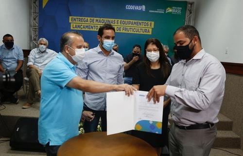 As máquinas e equipamentos entregues nesta segunda-feira (27) vão beneficiar 39 cidades potiguares. Foto: Dênio Simões/MDR