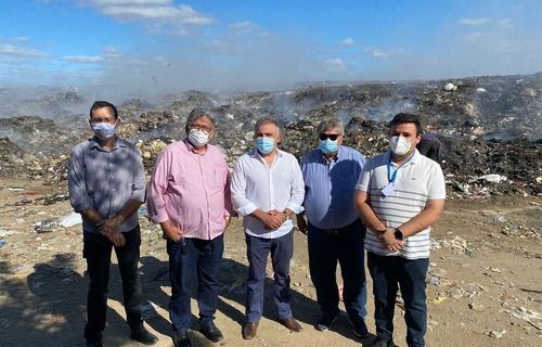 Após a reunião com prefeitos do Seridó, o secretário Pedro Maranhão visitou o lixão de Caicó. Objetivo é que o local seja desativado assim que possível (Foto: Divulgação)