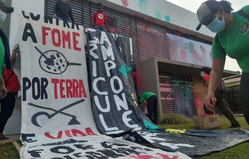 Manifestantes na sede da Aprosoja, em Brasília, nesta quinta (14). Foto: Coletivo de Comunicação Via Campesina Brasil