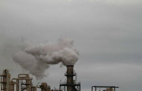 Emissão de gases por fábrica. Foto: Arquivo/EBC