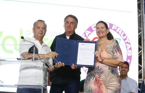 Presidente Jair Bolsonaro e ministro Rogério Marinho anunciaram investimentos de R$ 34 milhões para a compra de equipamentos e apoio ao desenvolvimento com o objetivo de fortalecer cadeias produtivas na Região Integrada de Desenvolvimento Econômico do Distrito Federal. Foto: Dênio Simões/MDR