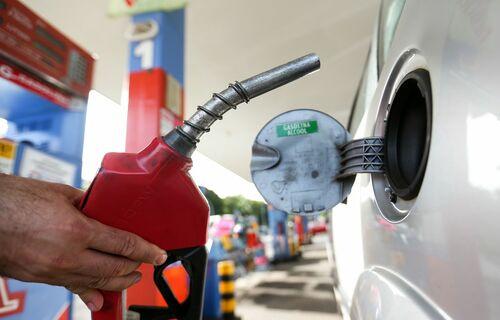 Frentista segura bomba de gasolina junto a carro parado em posto de combustível. Foto: Marcelo Camargo/Agência Brasil