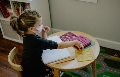 Criança com máscara. Foto: Kelly Sikkema/Unsplash