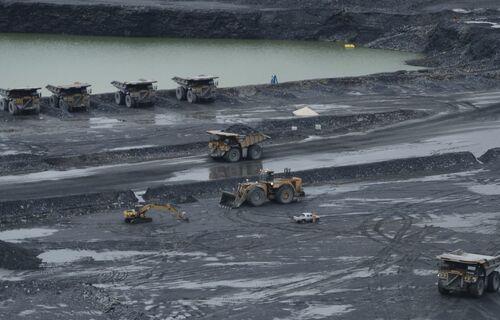 Tratores trabalham em jazida de minério de ferro. Foto: José Cruz/Agência Brasil