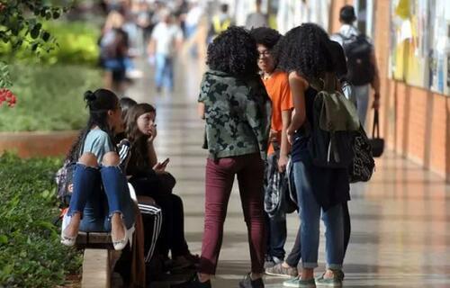 Saúde: Lei que garante distribuição de absorventes a alunas da rede municipal é aprovada em Sampa