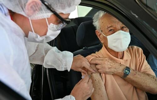 Idoso se vacinando em um dos postos drive-thru montados pela Prefeitura do município de São Paulo. Foto: Alexandre Moreira/Prefeitura de São Paulo