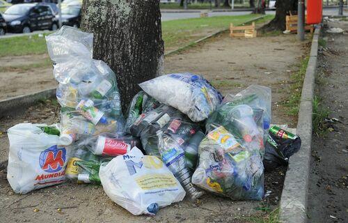 Imagem de sacolas com lixo jogadas na rua. - Foto: Fernando Frazão/Agência Brasil