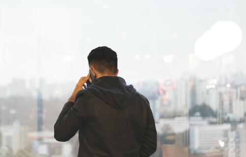 Homem fazendo ligação telefônica. Foto: Marília Castelli/Unsplash