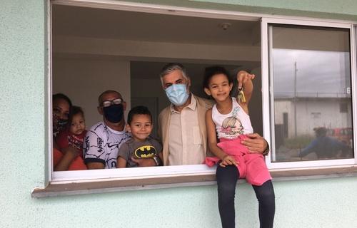 Foto: Família de baixa renda beneficiada com a entrega de imóvel de um dos módulos V e VI do Conjunto Habitacional Jardim Imperador/MDR