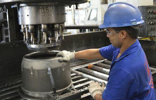 Funcionário operado máquina em uma fábrica. Foto: José Paulo Lacerda/CNI