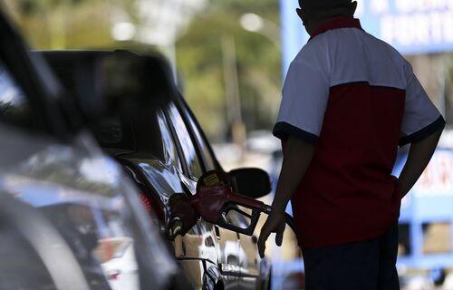 Frentista abastecendo carro em posto de gasolina. Foto: Marcelo Camargo/Agência Brasil