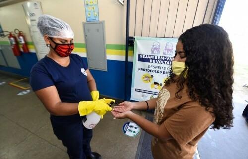 Aluna higienizando as mãos. Foto: Tácio Melo/Secom