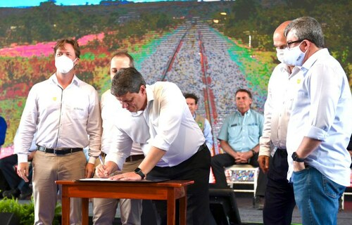 """Assinatura da concessão da Fiol representa """"futuro do setor ferroviário"""", disse o ministro da Infraestrutura, Tarcísio Gomes de Freitas. Crédito: Ricardo Botelho/MInfra"""