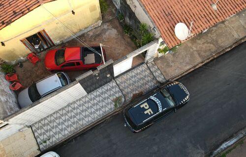 Descrição: Drone sobrevoa casa de suspeito por exploração sexual de crianças na internet durante batida da PF. Foto: Polícia Federal do Maranhão